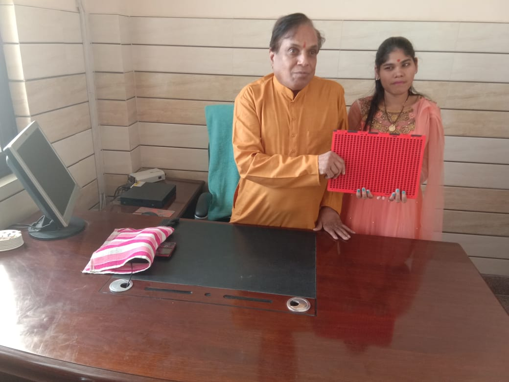 BLIND GIRL RECEIVING BRAILLE INTERPOINT AT BWS