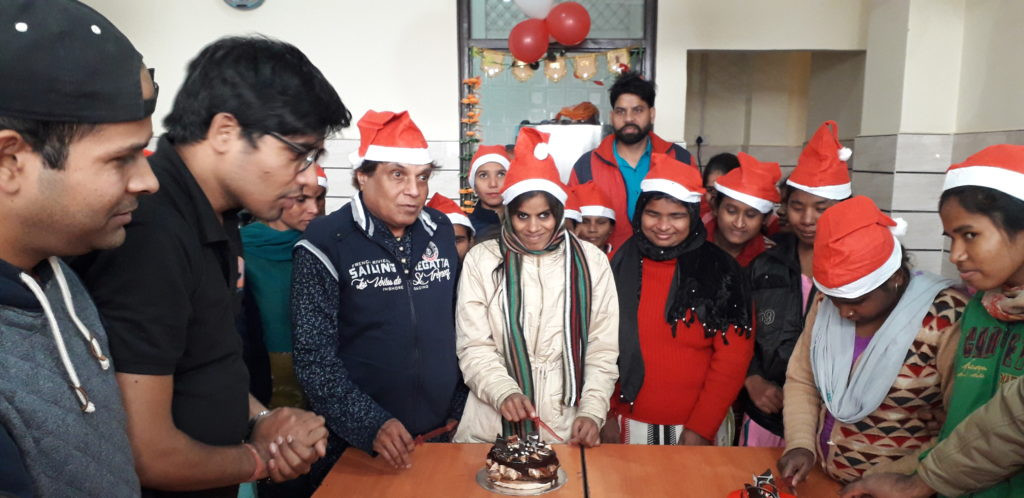 CAKE-CUTTING-CEREMONY-ON-CHRISTMAS